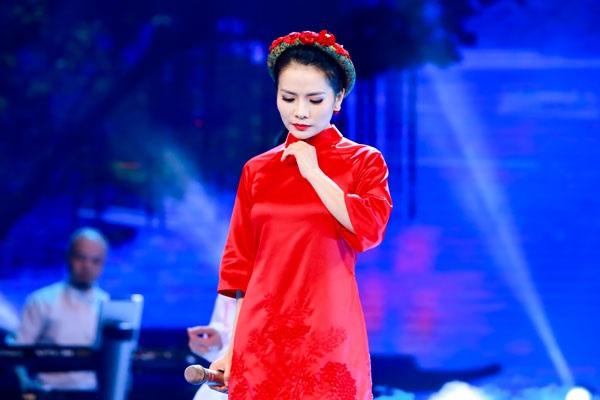 Trong 3 đêm Mùa đông xứ Huế do Bộ Văn hóa, Thể thao và Du lịch tổ chức, không chỉ chiếm thiện cảm khán giả về chất giọng ngọt ngào, Thành Lê cũng gây ấn tượng với trang phục áo dài cách tân màu đỏ.