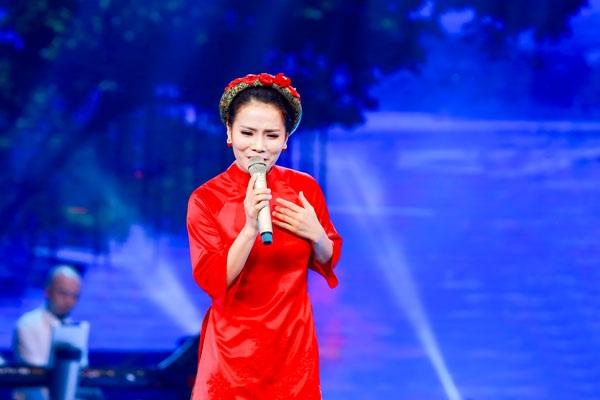 """Là chuỗi các đêm nhạc về Huế lần đầu tiên ở Hà Nội, """"Mùa Đông xứ Huế"""" đã kéo khán giả đến kín khán phòng Nhà hát Lớn. Nhiều ca khúc về Huế qua tiếng hát của các nghệ sỹ được cất lên đầy rung cảm, chạm đến trái tim người nghe và tình yêu với Huế càng đậm đà, sâu sắc…"""
