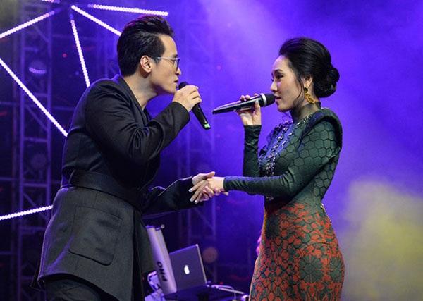 Hà Anh Tuấn- Phương Linh hát đôi trên sân khấu bớt tự nhiên, thêm khoảng cách trên sân khấu.