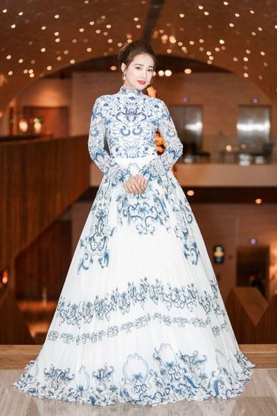 Tối ngày 18/12, bạn gái diễn viên hài Trường Giang- diễn viên Nhã Phương xuất hiện với váy dài lộng lẫy như nàng công chúa khi tham dự một sự kiện.