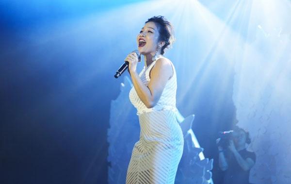 Ca sĩ Mỹ Linh là chủ nhân sự kiện này. Diva Tóc ngắn lên hát cảm ơn bạn bè, đồng nghiệp thân thiết.