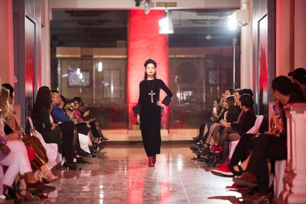 Tối ngày 18/12, Hoa hậu Việt Nam 1994 Nguyễn Thu Thủy khiến nhiều người bất ngờ khi xuất hiện vị trí vedette trong show diễn của một nhà thiết kế Hà Nội, diễn ra tại Thủ đô.