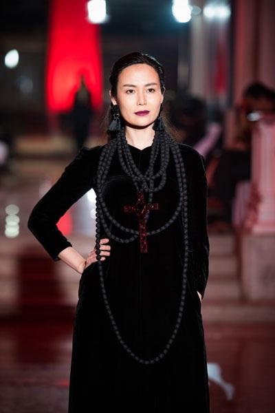 Với cách trang điểm, tạo hình khác lạ- Hoa hậu Thu Thủy gây ấn tượng mạnh với người xem.