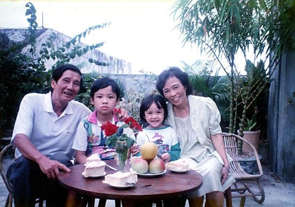 Vợ chồng nhạc sĩ Phạm Tuyên và các cháu. (Ảnh: Hồng Tuyến)