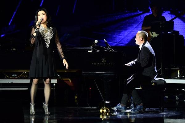 Chị không ngại thể hiện sự tương tác với nhạc sĩ Quốc Trung, chồng cũ, đồng thời là người đệm đàn cho ca sĩ, khiến khán giả vô cùng phấn khích.