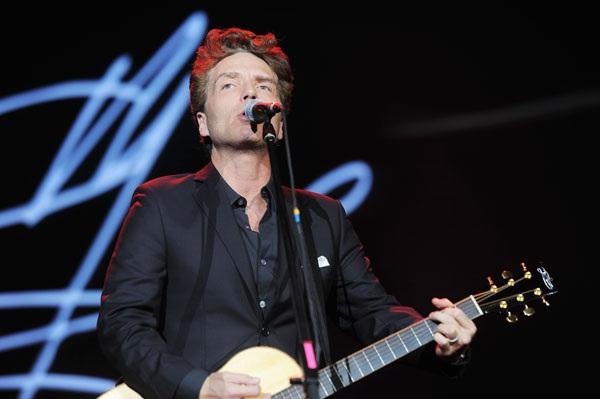 """Anh đứng một mình trên sân khấu cùng cây guitar quen thuộc. Với giọng hát trầm ấm, anh trình diễn lại nhiều bài hát kinh điển như """"Angelina"""", """"Now and Forever""""…"""