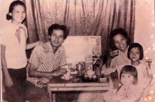 Gia đình nghệ sĩ Lê Mai- Trần Tiến và 3 con gái: Lê Vân, Lê Khanh và Lê Vy đầu những năm 1970.
