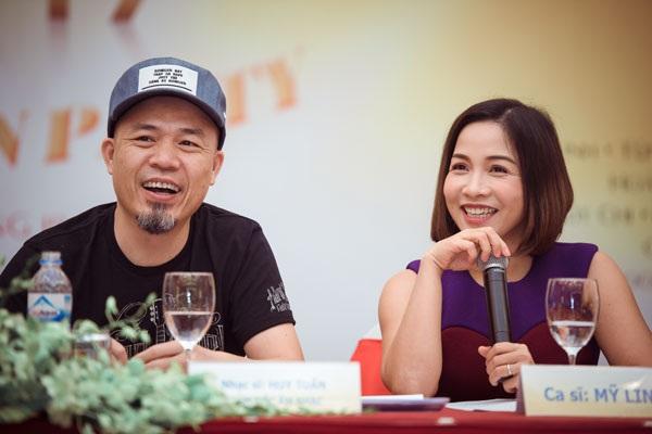 Nhạc sĩ Huy Tuấn và ca sĩ Mỹ Linh tại buổi họp báo ra mắt Lễ hội âm nhạc Bia Hà Nội Countdown Party 2017 tại Hà Nội.