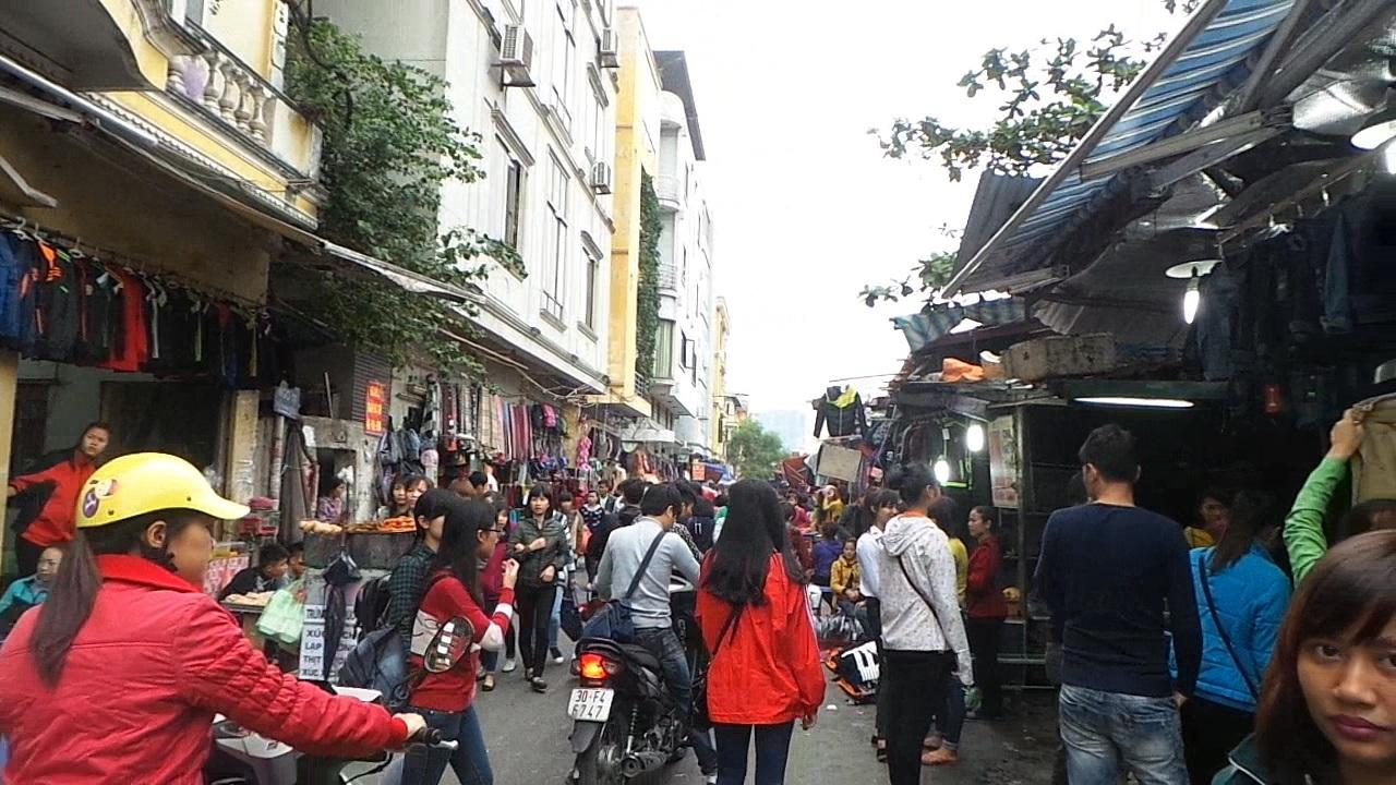 Toàn bộ lòng đường phố Phan Văn Trường đã biến thành chợ