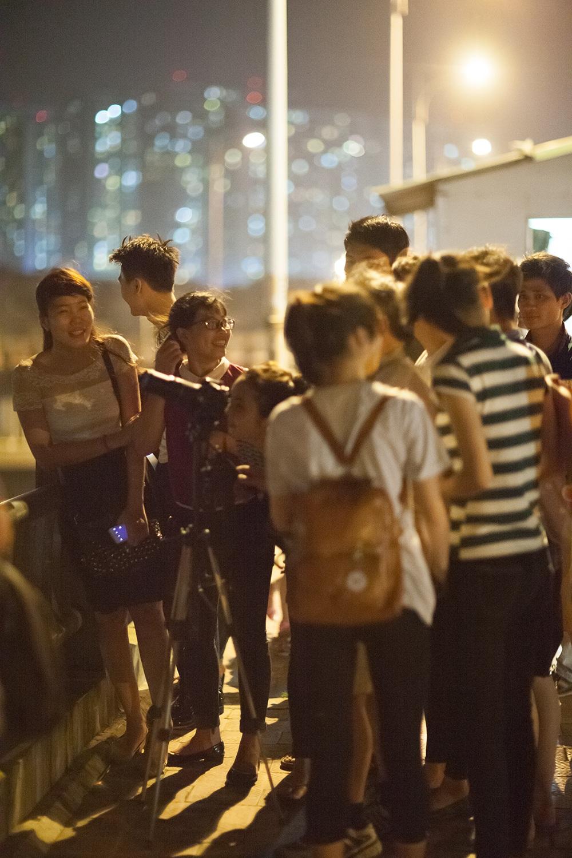 Rất đông các bạn trẻ tập trung phía dưới đường để quan sát hiện tượng trăng máu.