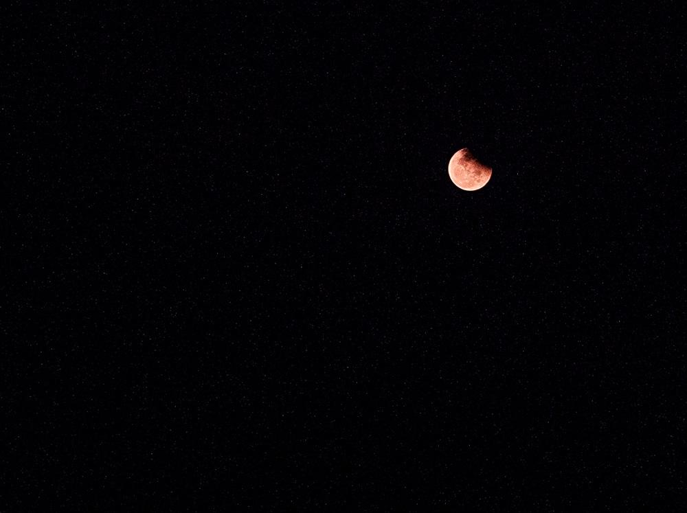 Đến khoảng 19h40, mặt trăng hoàn toàn với màu đỏ