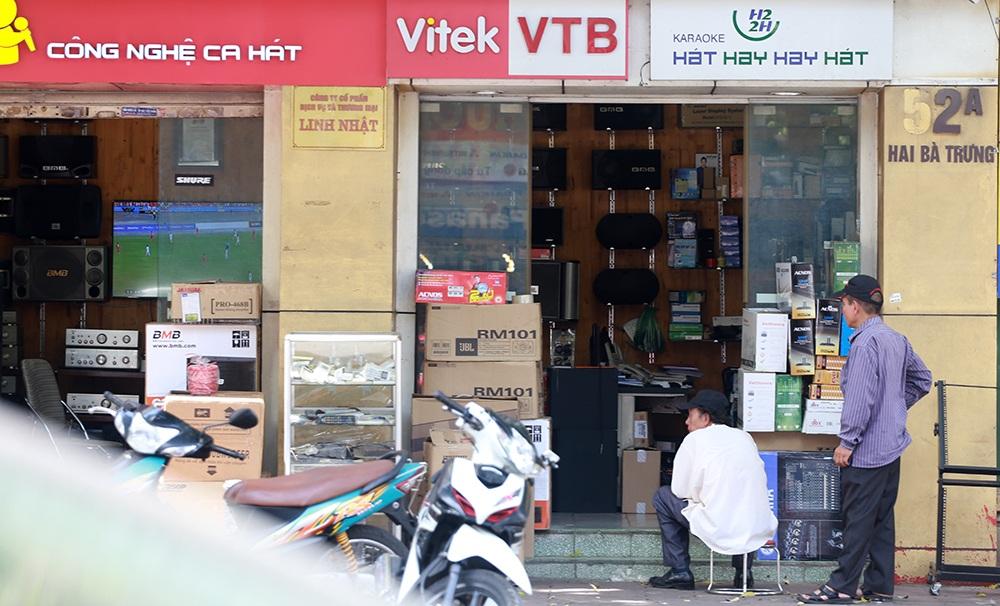 Người Hà Nội ra đường xem bóng đá