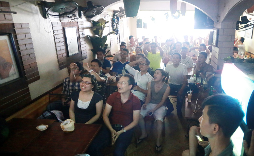 Nhiều người đã chuẩn bị sẵn bia, nước lạnh để chống chọi với nắng nóng suốt trận đấu