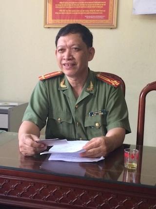 Thượng tá Vũ Văn Công trao đổi với phóng viên