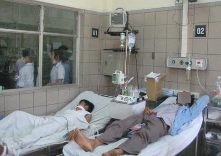 Bệnh nhân điều trị ngộ độc rượu tại Bệnh viện Bạch Mai (Ảnh: Đức Dũng/Đất Việt)