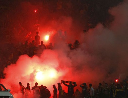 Bóng đá Malaysia đang tự làm khó mình vì hành vi bạo lực của nhóm hooligan đã tấn công CĐV Việt Nam