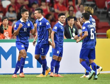 Với chiến thắng 2-0 sau trận lượt đi, Thái Lan chạm 1 tay vào ngôi vô địch