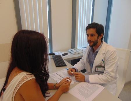 Bác sĩ Vincent Blondeau đang tư vấn cho một bệnh nhân