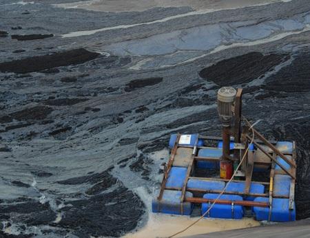 Khu vực bên trong bể nước thải Công ty TNHH Hồ Phượng là một màu đen ngòm