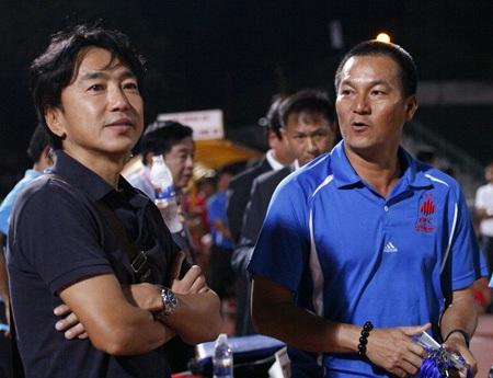 HLV Miura (trái) sẵn sàng chú ý đến những đội bóng chiếu dưới dạng ĐT Long An (ảnh: Kim Điền)