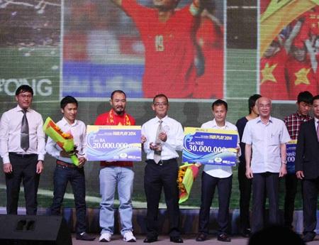 Tiền vệ Phạm Thành Lương (thứ 5 từ trái sang) về thứ nhì