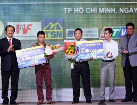 HLV Phạm Minh Đức (U21 Hà Nội T&T - thứ 2 từ trái sang) cũng có tên trong top 5