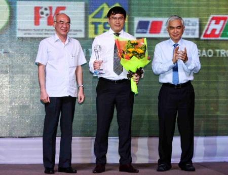 Trưởng Ban futsal VFF Trần Anh Tú (giữa) nhận giải thành tựu vì những đóng góp cho futsal Việt Nam