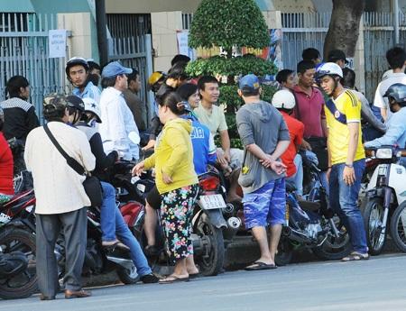Cảnh chào bán vé bên ngoài sân Long An (ảnh: Minh Huyền)