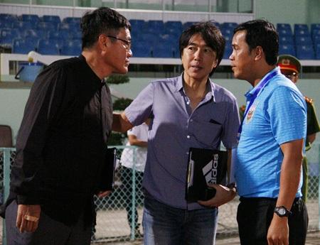 HLV Miura (giữa) lần thứ 3 xuất hiện ở sân Long An chỉ trong vòng ít tuần (ảnh: Trọng Vũ)