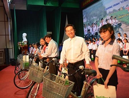 Chương trình trao 200 suất học bổng cho học sinh nghèo vượt khó Bình Định