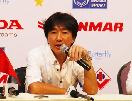 HLV Miura cho rằng hàng tấn công bỏ lỡ khá nhiều cơ hội (ảnh: Trọng Vũ)