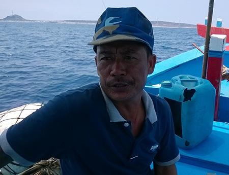 Ngư dân Nguyễn Văn Như nói về con nước ngầm ở biển Phú Quý (ảnh: Trọng Vũ)