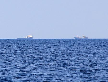 2 tàu thăm dò tại khu vực tìm kiếm (ảnh: Trọng Vũ)