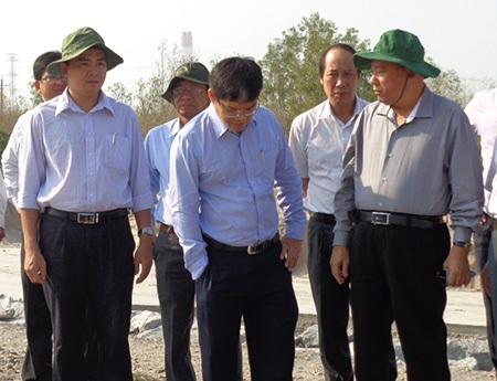 Chủ tịch UBND tỉnh Bình Thuận Lê Tiến Phương (bìa phải) chỉ đạo công tác xử lý ô nhiễm