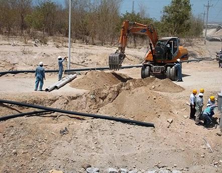 Thi công đường dẫn nước (ảnh: Trúc Hà)
