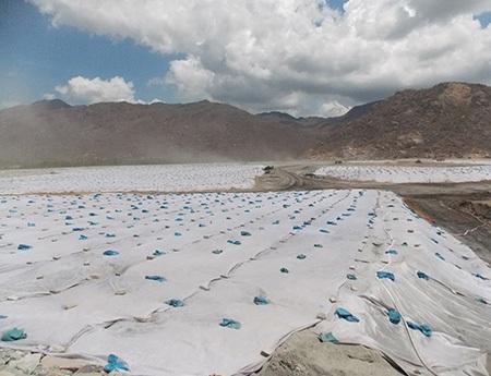 Phủ bạt để tránh phát tán bụi xỉ từ nhà máy nhiệt điện Vĩnh Tân 2 (ảnh: Trúc Hà)