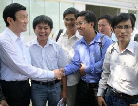 Chủ tịch nước Trương Tấn Sang nán lại thăm hỏi nhóm phóng viên sau buổi tiếp xúc cử tri