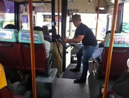 Phóng viên Phạm Nguyễn phỏng vấn khách đi xe buýt về nạn móc túi và sàm sỡ.