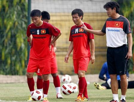 HLV Phan Thanh Hùng (bìa phải) đặt vào cửa thắng cho U23 Việt Nam trước U23 Malaysia