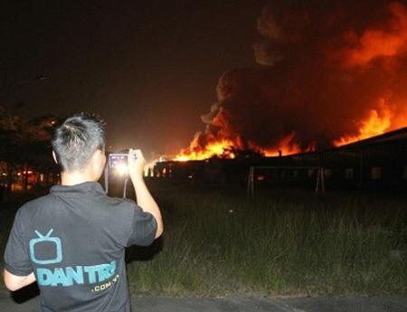 PV Trung Kiên tác nghiệp tại hiện trường vụ cháy công ty mực in trong KCN Việt Nam – Singapore