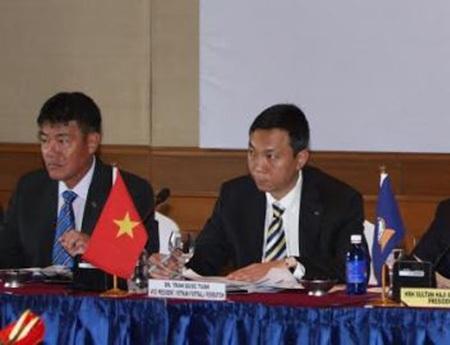 Ông Trần Quốc Tuấn (phải) và ông Dương Vũ Lâm đều có thể ứng cử ghế phó chủ tịch AFF
