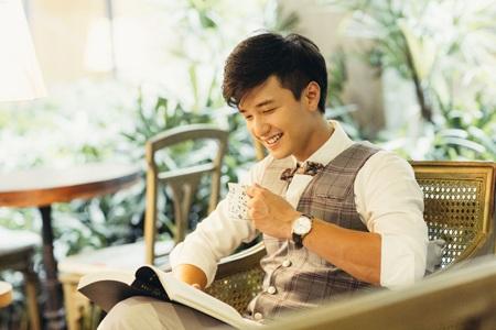 Huỳnh Anh thay đổi phong cách trẻ trung và lịch lãm. (