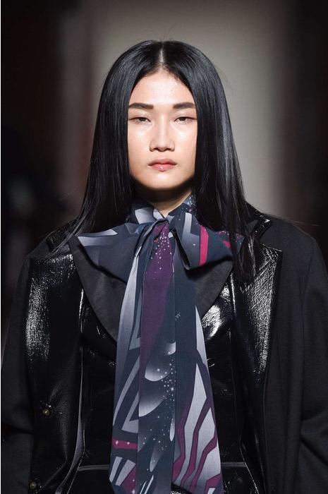 Đôi mắt một mí cá tính cùng phong cách tự tin, chuyên nghiệp giúp nữ người mẫu tỏa sáng