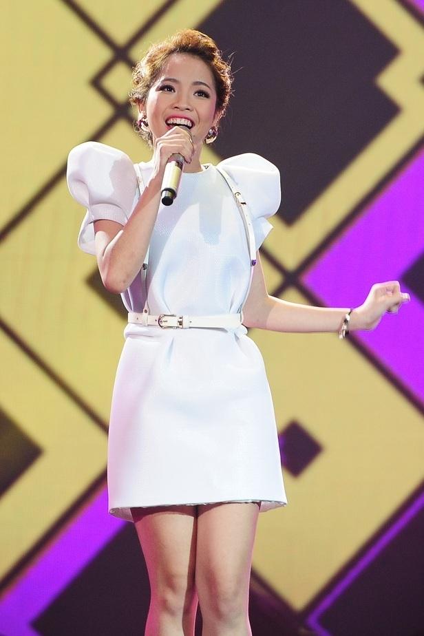 """Quỳnh Anh cũng gây bất ngờ ở vòng """"Đối đầu"""" khi thắng áp đảo Mỹ Linh với số điểm 92-9 với ca khúc"""