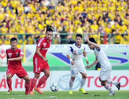 B.Bình Dương (áo đỏ) có trận đấu khó khăn trước SHB Đà Nẵng trên sân Chi Lăng (ảnh: Quang Thắng)