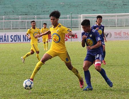 An Giang (áo xanh) và Khánh Hòa chia điểm trong trận cuối của cả hai ở VCK năm nay (ảnh: Trọng Vũ)