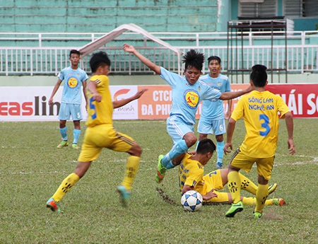 Khánh Hòa (áo xanh) không thể vượt qua SL Nghệ An (ảnh: Trọng Vũ)