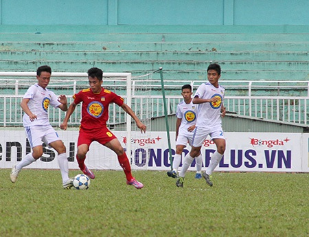 An Giang (áo trắng) thua kỷ lục PVF: 0-10 (ảnh: Trọng Vũ)