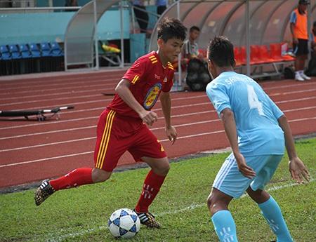 PVF (áo đỏ) đánh bại Khánh Hòa với tỷ số đậm trong ngày ra quân (ảnh: Trọng Vũ)