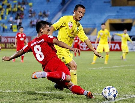 Thanh Hóa (áo đỏ) không phải là đối thủ của Hà Nội T&T (ảnh: Gia Hưng)